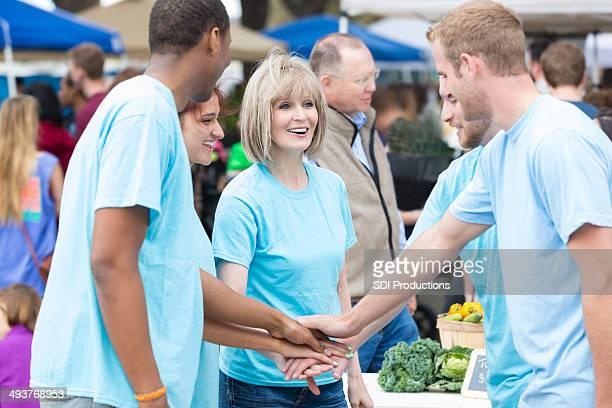Gruppe von Freiwilligen zusammen im farmers market
