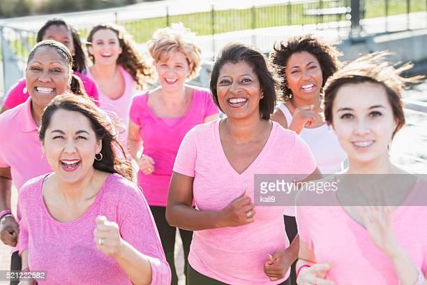 Gruppo di donne al Rally per curare il cancro al seno