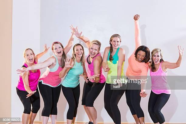 Groupe de femmes faisant de l'exercice ou de danse, debout dans une rangée