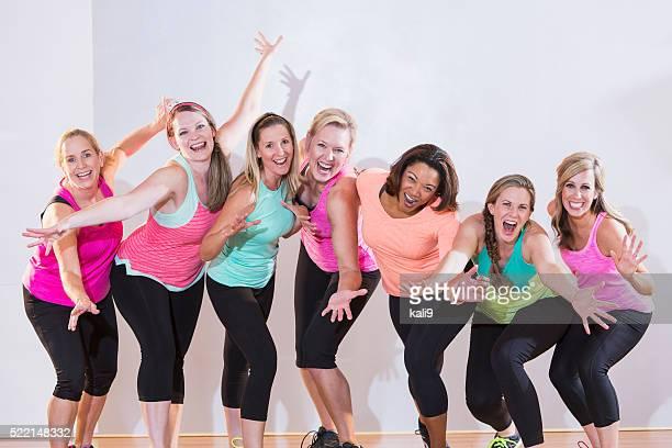 Gruppe von Damen trainieren Sie oder tanzen, sie stehen in einer Reihe