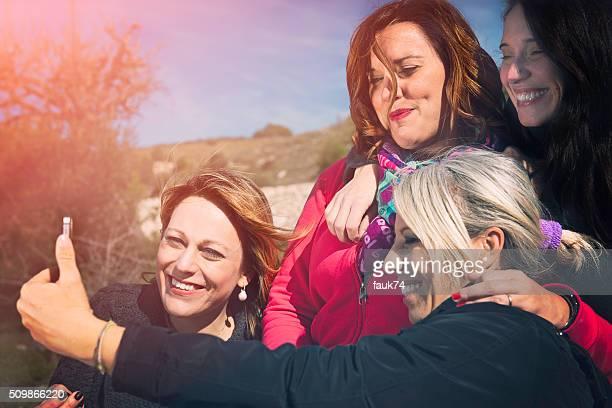 Gruppo di donne di amici facendo un Selfie