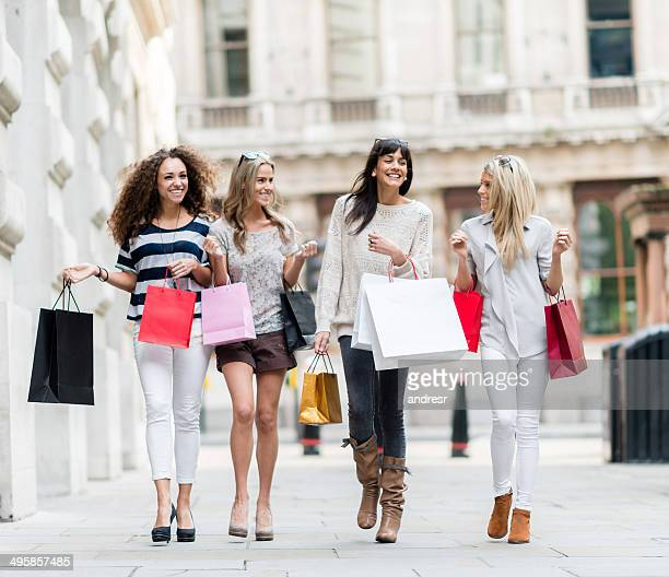 Gruppe von Frauen einkaufen