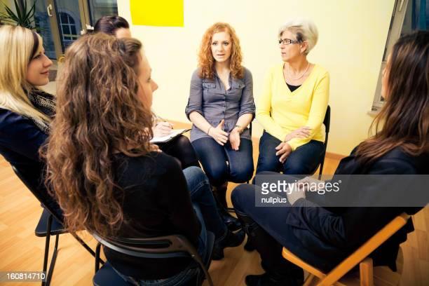 Groupe de femmes assis dans un cercle, discuter