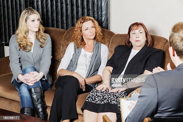 Grupo de mujeres hablan de asesor