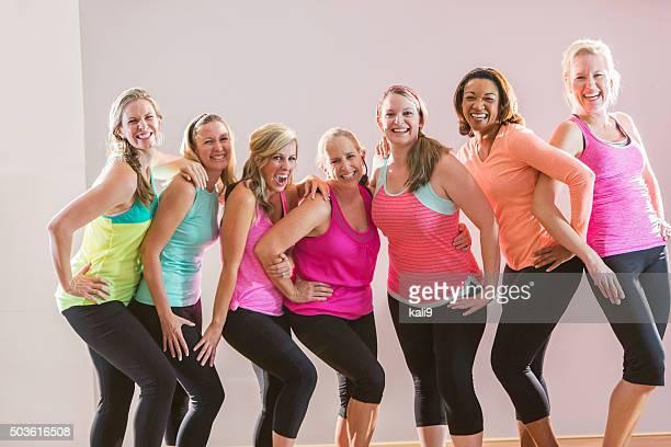 Groupe de femmes prenant un cours d'entraînement
