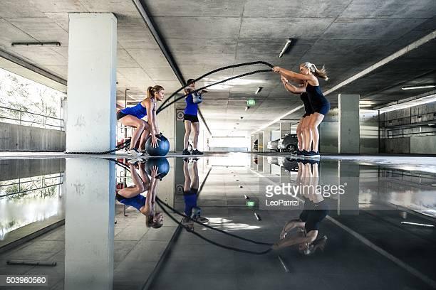 Gruppe von Frauen-training am Seil und Boxen