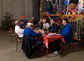 Grupo de trabajadores sentado en una mesa de Navidad en el almacén