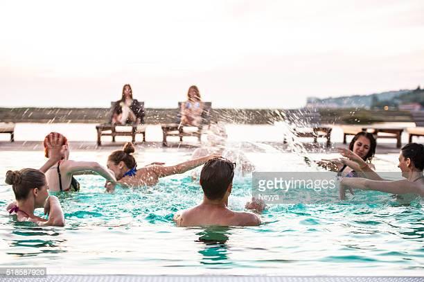 Groupe de jeunes adultes personnes s'amuser sur la piscine