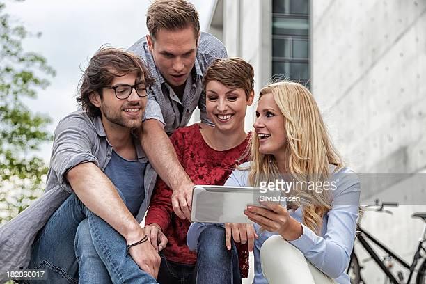 Groupe de jeunes adultes avec tablette pc