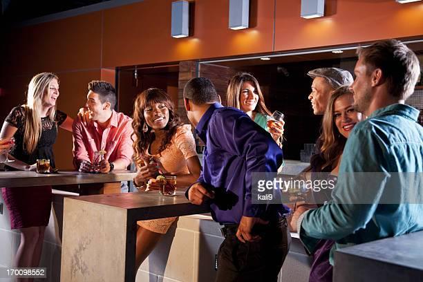 Gruppe junger Erwachsener trinkt