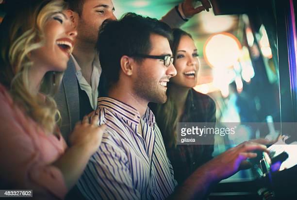 Grupo de jovens adultos, tendo Diversão no casino.