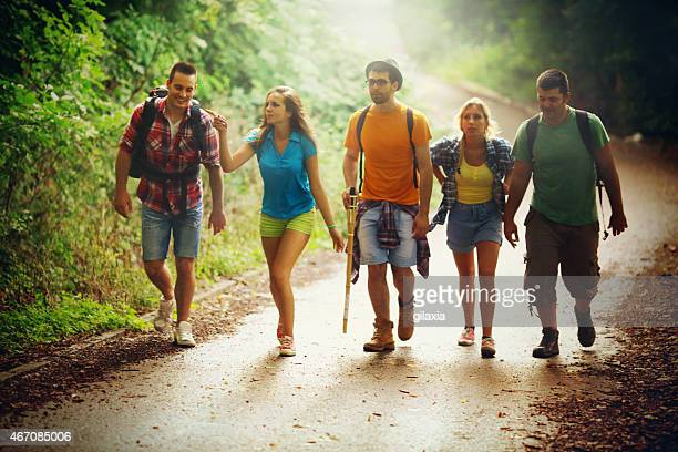 Groupe de jeunes adultes, faire de la randonnée.