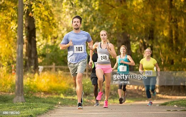 Gruppe der jungen Erwachsenen in einem Rennen zu laufen