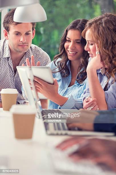 Gruppe von jungen Geschäftsleute mit digitalen tablet brainstorming