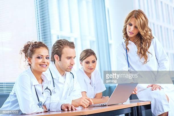 Grupo de jovens médicos