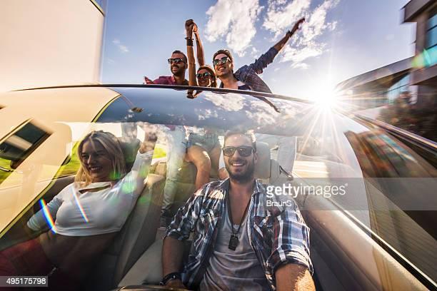 Gruppe von Jugendlichen glücklich Freunden Spaß auf road trip.