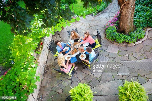 Grupo de jóvenes amigos Pizza fiesta en el jardín al aire libre y Patio