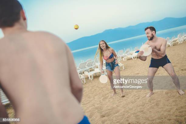Groupe de jeunes amis jeu Beach Tennis Paddle Ball