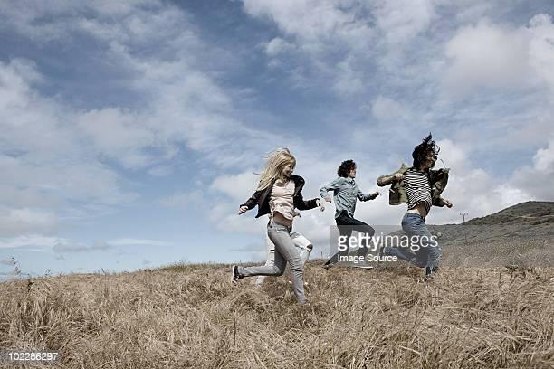Gruppe junger Freunde Laufen im Feld