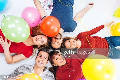 Groupe de jeunes heureux joyeux coloré des ballons d'Hélium