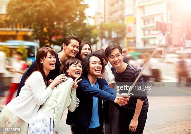 グループの若い青年を飾る人々の自分撮りを渋谷、東京。
