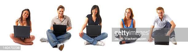 Gruppo di giovani gli utenti di computer