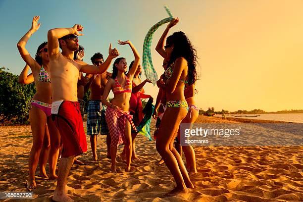 Gruppo di giovani in una calda estate Festa in spiaggia
