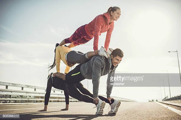 Gruppe von jungen Menschen Gleichgewicht Übungen auf einem road.