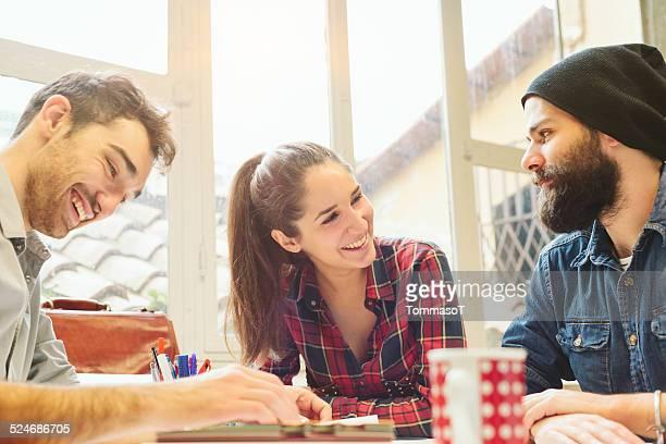 Groupe de jeunes personnes à l'occasion d'une réunion décontractée