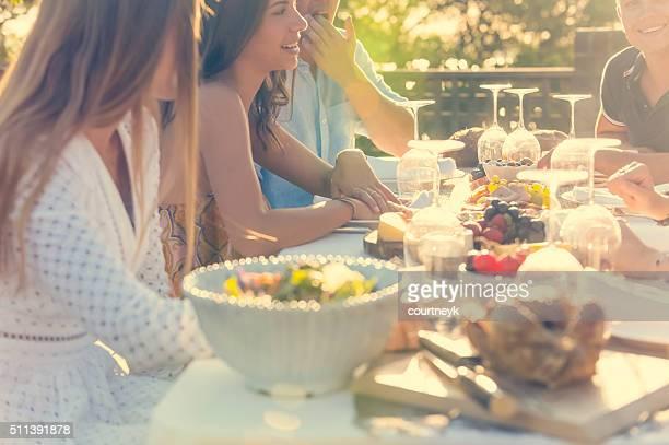 グループの若者屋外のお食事をご提供いたします。