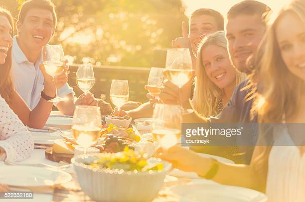Gruppe von Jugendlichen Essen im Freien.