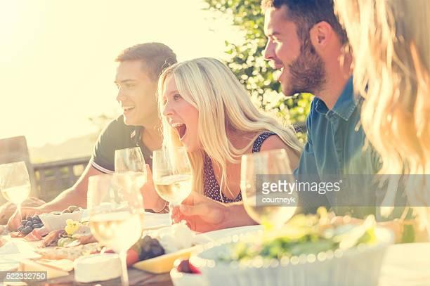 Gruppo di giovani mangiando all'aperto.