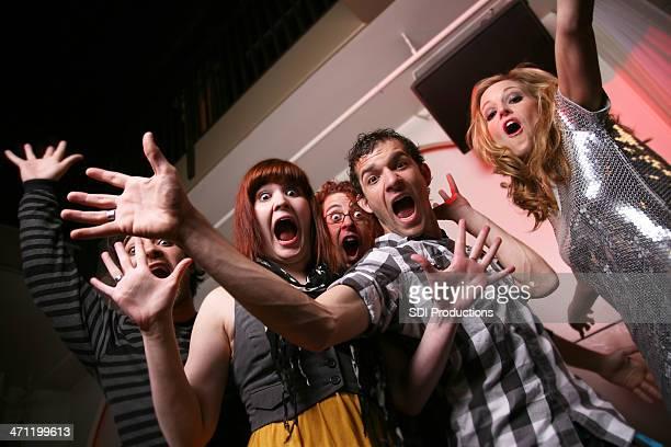 Groupe de jeunes posant avec Crazy visages