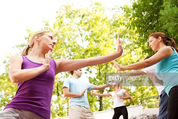 Groupe de jeunes gens pratiquant de Tai Chi en