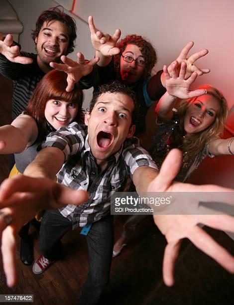 Gruppe von jungen Menschen Reaching Out