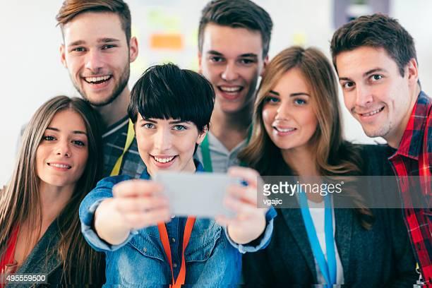 Groupe de jeunes gens Selfie.