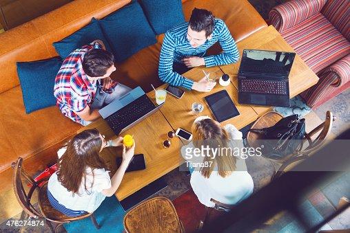 Gruppe von jungen Menschen sitzen in einem Café, Ansicht von oben : Stock-Foto