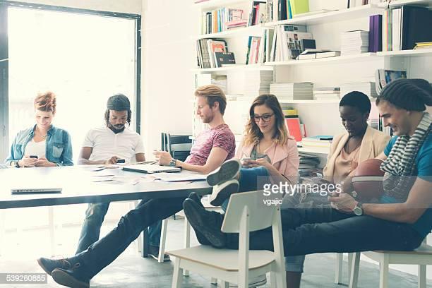 Groupe de jeunes à taper sur son téléphone intelligent.