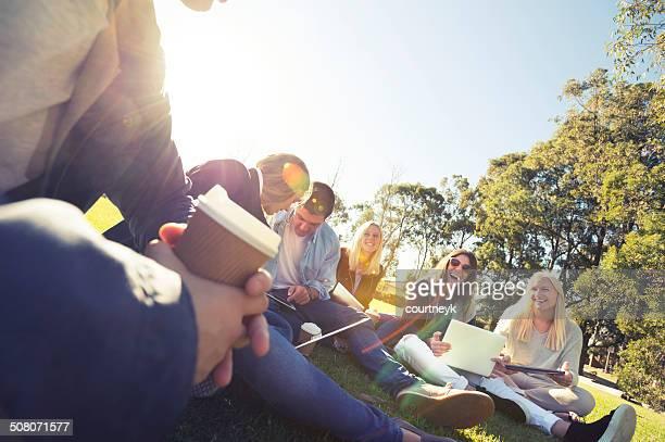 Groupe de jeunes à l'aide de la technologie