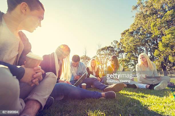 Gruppe von Jugendlichen mit Technologie