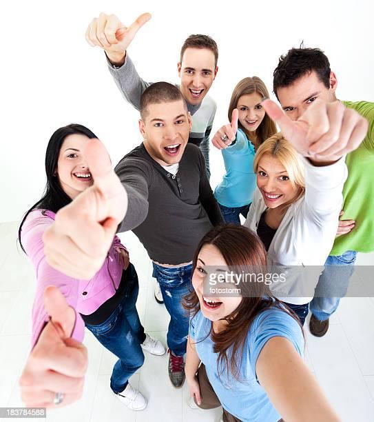 Gruppe von Jugendlichen mit Daumen hoch