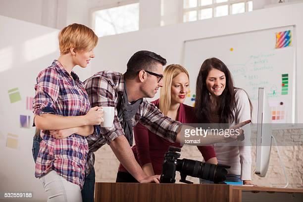 Groupe de jeunes travaillant sur un projet