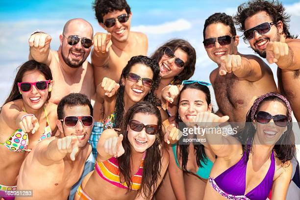 Groupe de jeunes gens positive pointant vers la caméra