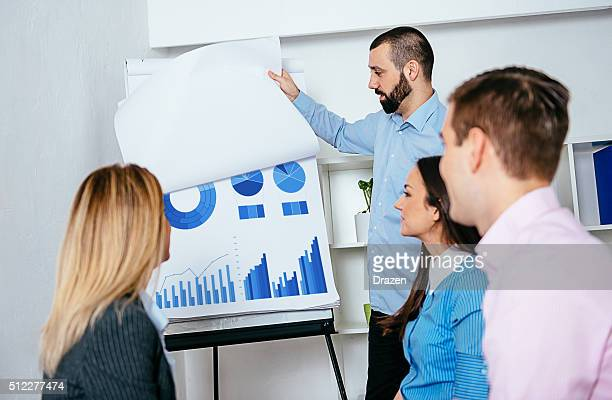 """Groupe de jeunes professionnels de l'entreprise d'affaires discuter sur les résultats de l """" atelier"""
