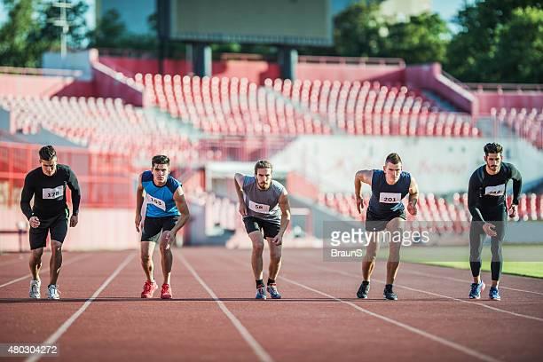 Gruppe von jungen Läufer auf der Startlinie.