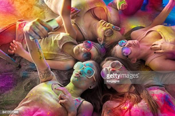 Gruppe von jungen Damen bedeckt mit Holi Pulver
