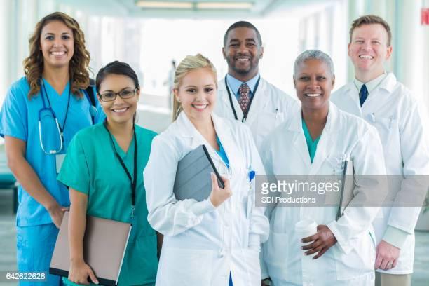 Gruppenfoto von vielfältigen medizinischen Fachkräften
