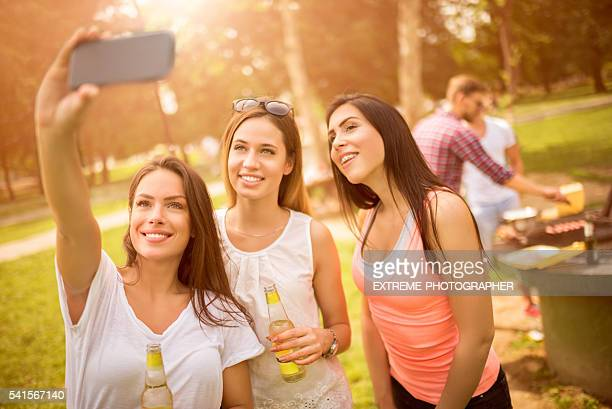 Gruppe selfie während barbecue-Picknick