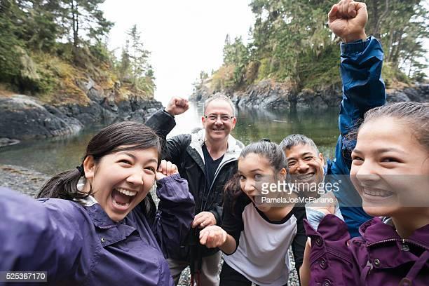 Selfie groupe de randonneurs à effet pluie tropicale, sur la plage sauvage, Canada