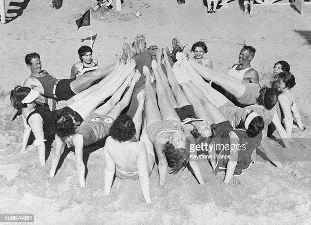 Groupe de personnes faisant de la gymnastique sur une plage à Cannes France